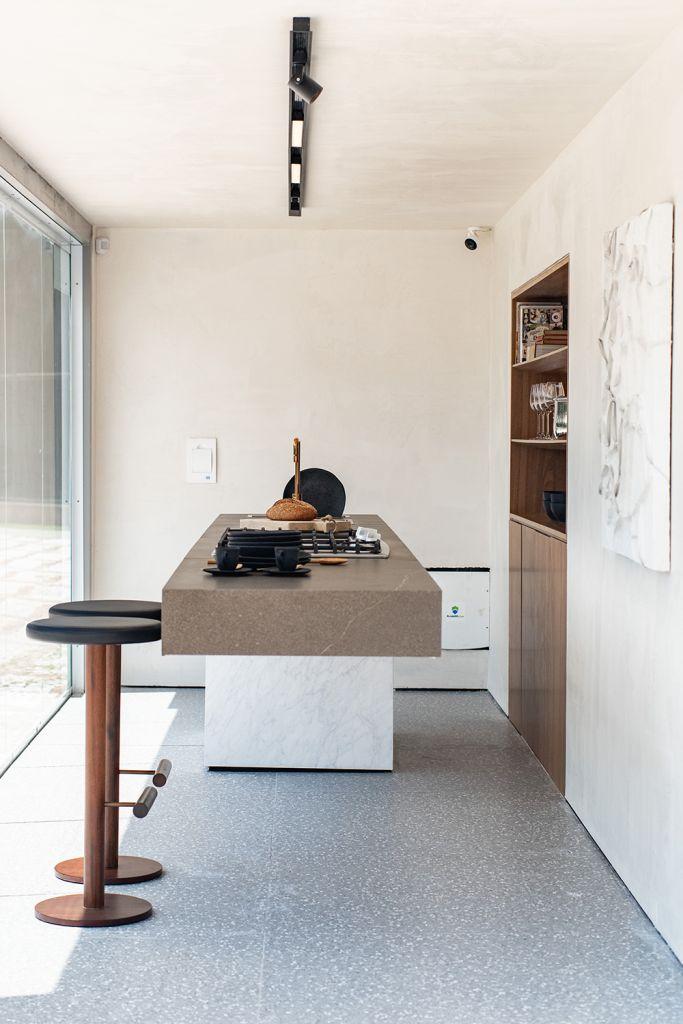 Bancada da cozinha com dois bancos altos e paredes em off white