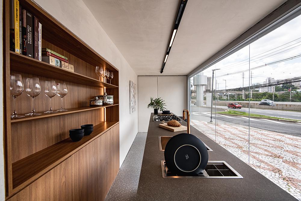 Cozinha com bancada e estante em madeira