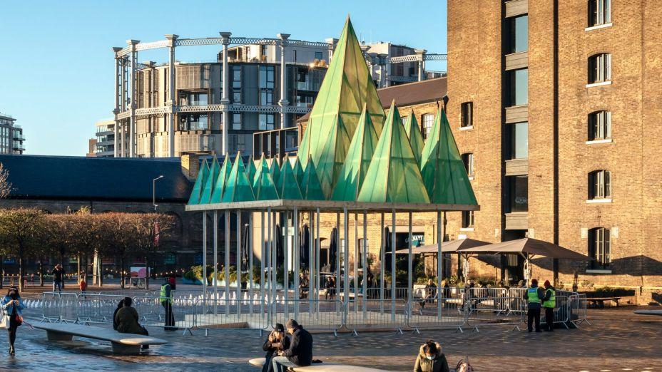 Em Londres, o Sam Jacob Studio uniu o Natal com a arquitetura em sua árvore estrutura