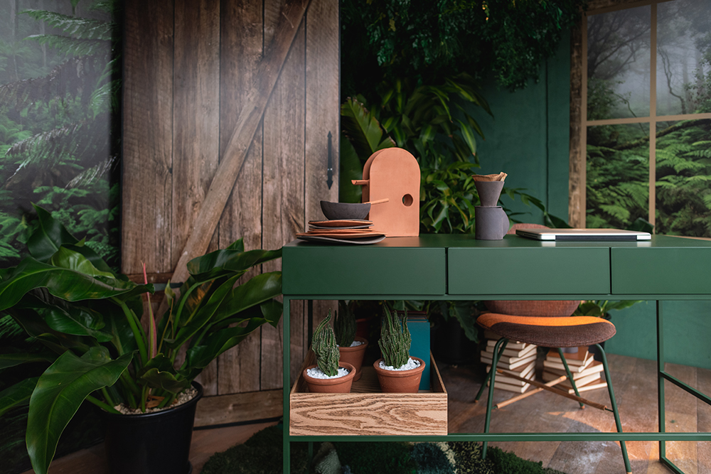 Mesa verde com vasos e pratos no canto