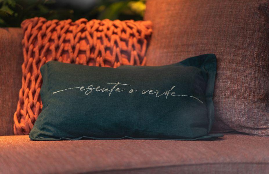 """A natureza ganha tamanho protagonismo no """"Escuta e verde, que há somente quatro peças de mobiliário: sofá, cabideiro/espelho, mesa e cadeira. Projeto de Beatriz Quinelato para o Desafio Janelas CASACOR."""