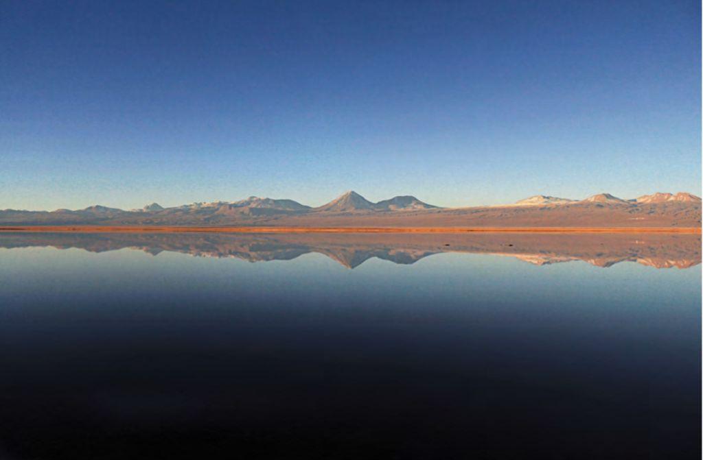 Paisagem de montanha e céu azul refletida em lado