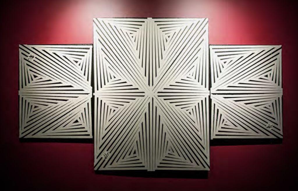 Obra composta por três quadros brancos com linhas pretas que se projetam do centro