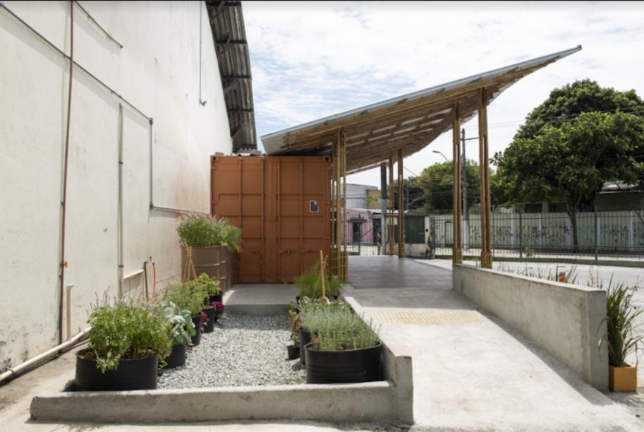 A Cozinha Comunitária Alimentação Saudável Sacolão Freguesia do Ó, assinado pelo programa FAU+D Acolhe, com coordenação do professor Rodrigo Loeb, possui uma cozinha comunitária feita de materiais sustentáveis e tecnológicos e sua área externa foi coberta por uma estrutura de bambu.
