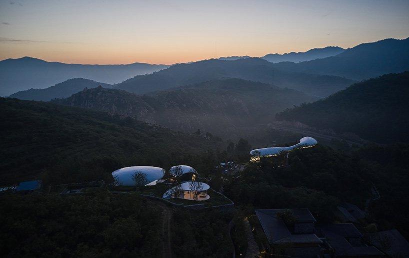 visão aérea das três novas estruturas assinadas pelo grand-line + studio no Monte Tai, China.