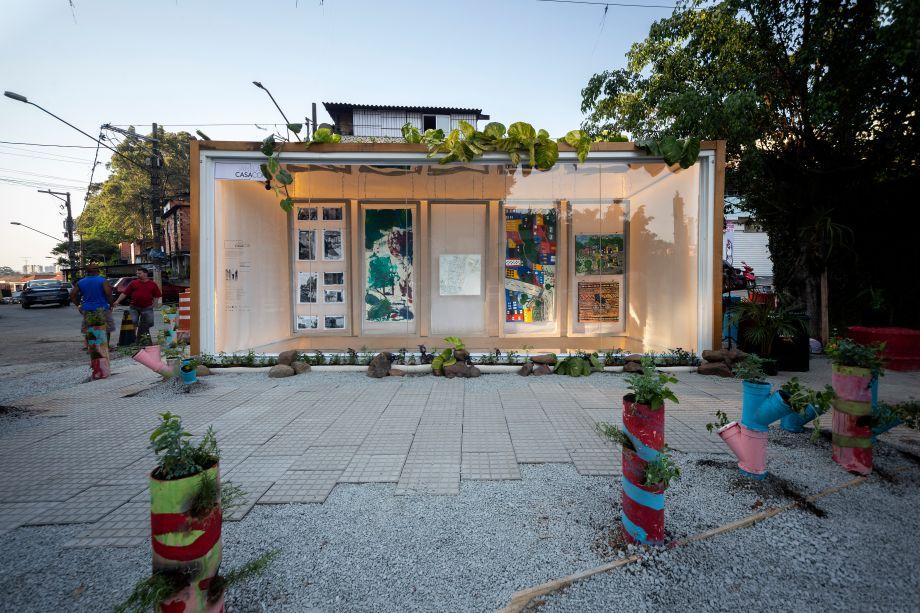 Na Galeria Fazendinhando, projeto de Ester Carro, Veronica Vacaro e Plantar Ideias para o Janelas CASACOR SP, um contêiner na entrada do Jardim Colombo tem a função de galeria de arte e palco de oficinas, workshops e palestras.