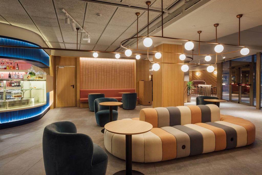 Restaurante com sofás coloridos e luminárias esféricas