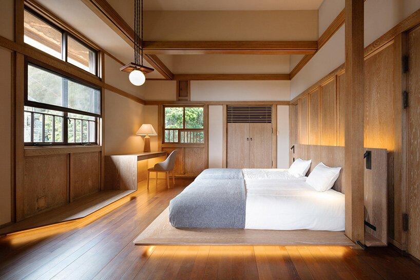 Quarto do hotel em madeira com cama de casal baixa