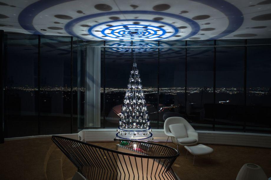 Árvore da Modern Christmas Tree projeta efeito de luz colorida graças aos ornamentos suspensos