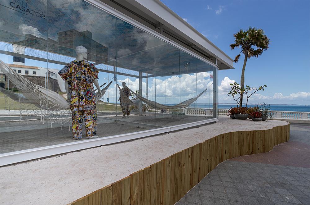 Perspectiva do Redário com a praia no fundo e um manequim em primeiro plano
