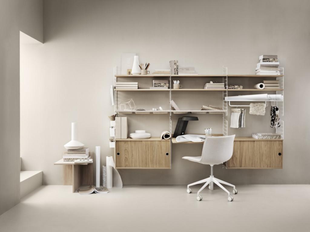 Escritório com prateleiras metálicas brancas e cadeira de escritório branca