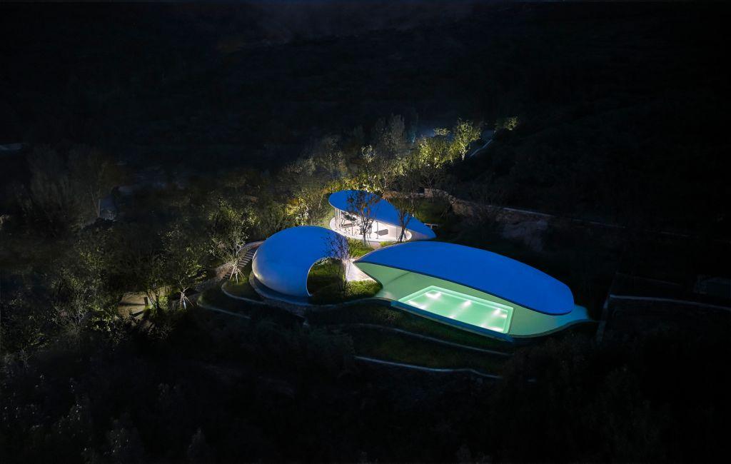 Imagem aérea da piscina iluminada