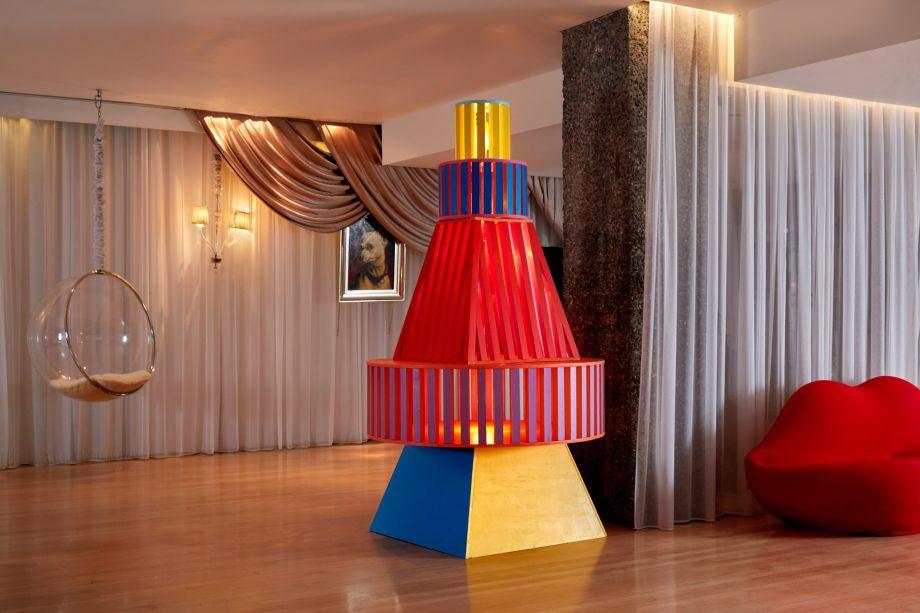 O Yinka Ilori Studio criou uma árvore lúdica para o hotel Sanderson no Reino Unido