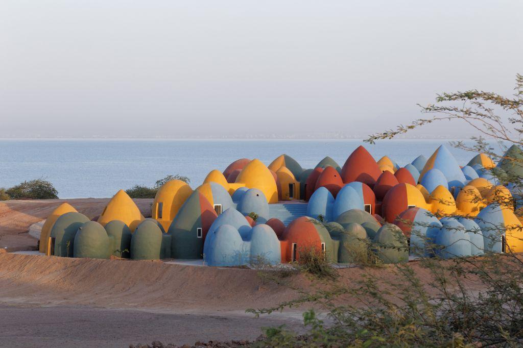 Complexo Majara, formado por cúpulas de areia colorida, no por do Sol