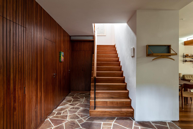 Desenhada pelo arquiteto Rodolpho Ortenblad em 1957 para sua família, a Casa Thompson Hess, de 400m², foi restaurada partindo da recuperação dos elementos que caracterizam o projeto original e algumas alterações no seu programa e planta.