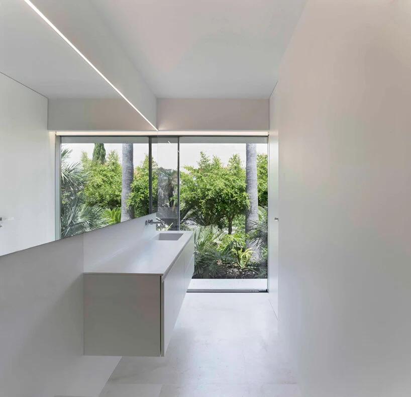 Fran Silvestre Arquitetos continua sua linguagem de design minimalista em branco monocromático com sua recém-realizada
