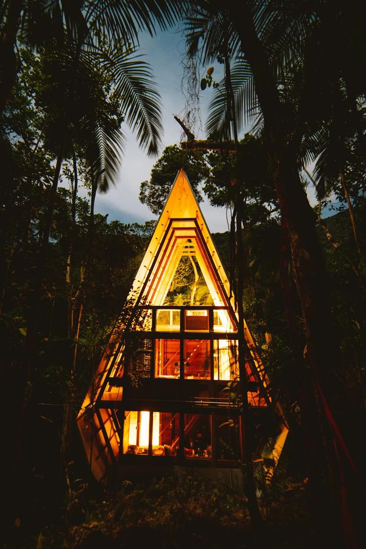 Visão de fora e noturna da Casa dos Macacos em Paraty
