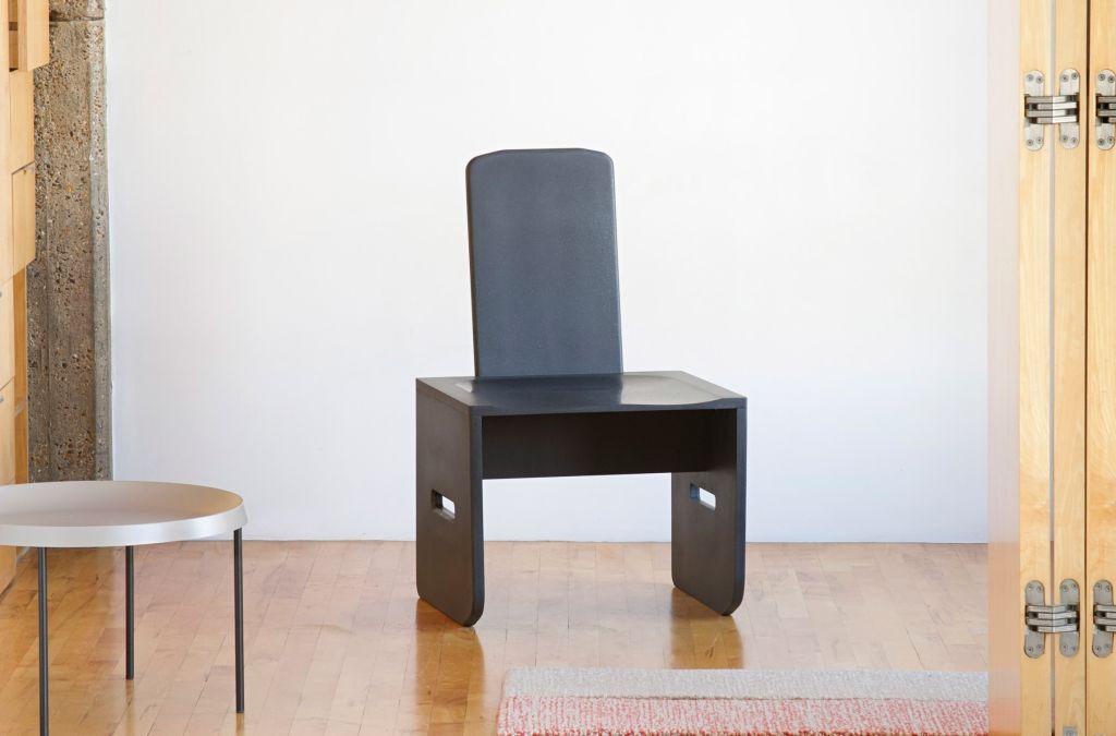 A cadeira é feita através de lixo eletrônico (até que a forma arredondada lembra um laptop).