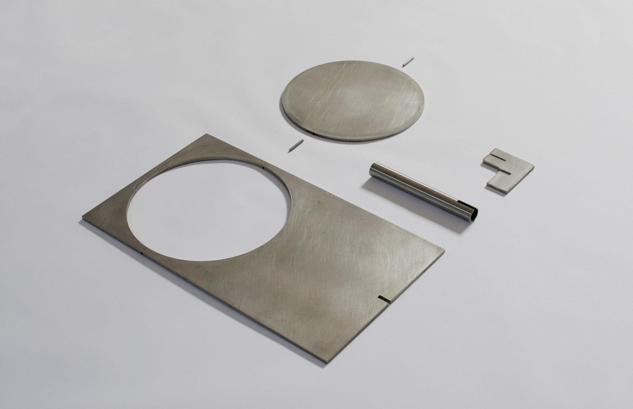 A OBJ-01 é feita de aço, aço inoxidável ou latão e montada manualmente com um martelo de borracha