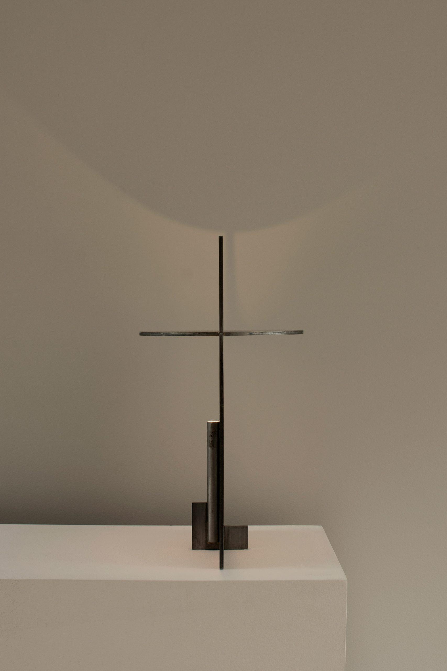 Visão de perfil da OBJ-01 que é feita de aço, aço inoxidável ou latão e montada manualmente com um martelo de borracha