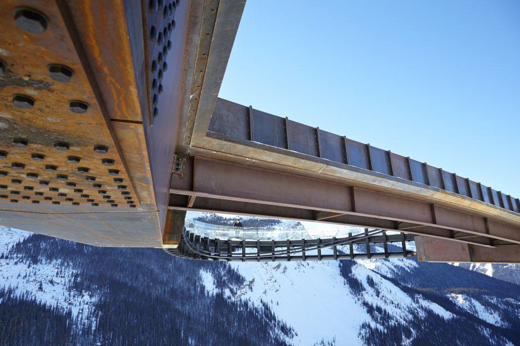 Visão debaixo das estruturas da passarela Glacier no Canadá