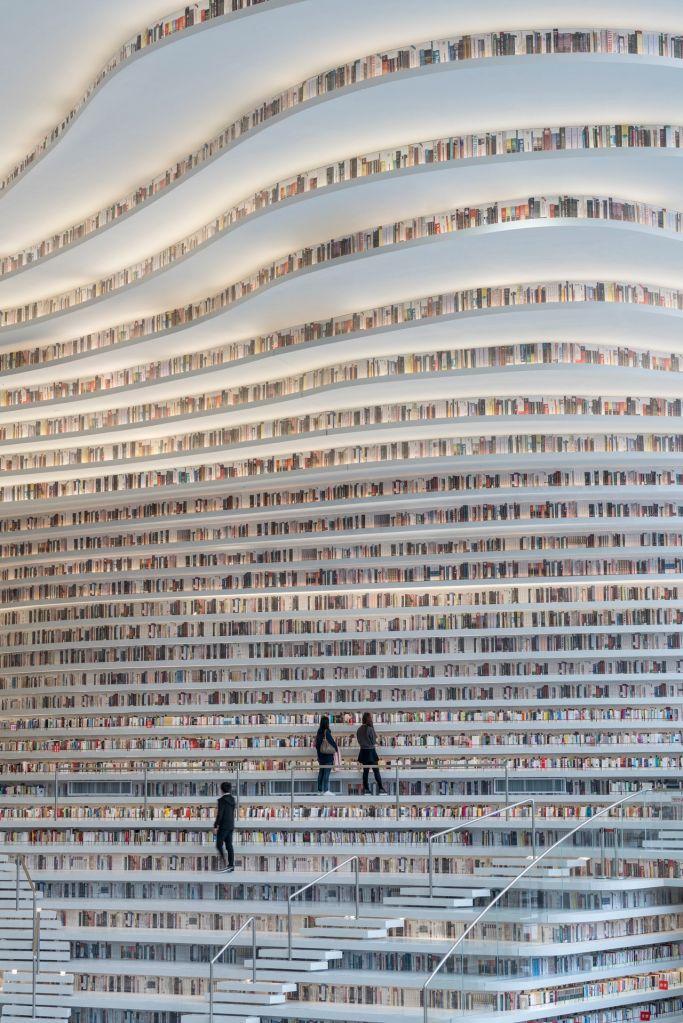 Estante ondulante de livros.