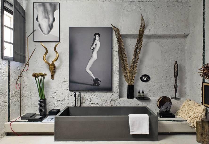 banheiro unissex com cimento queimado reforçando o estilo industrial