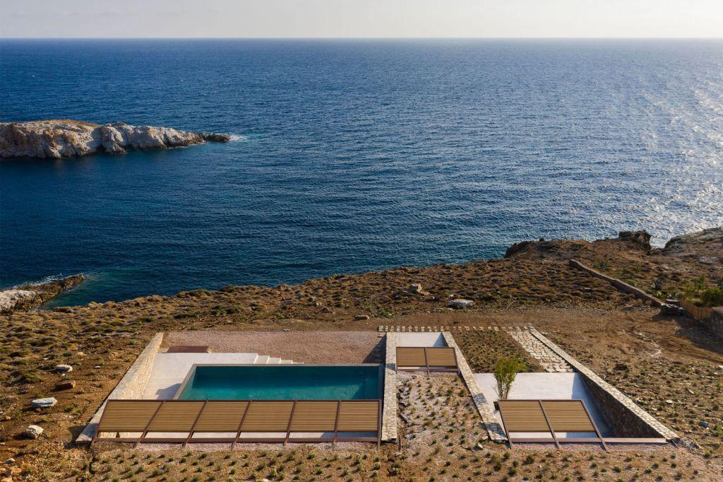 Casa se camufla em encosta do litoral grego