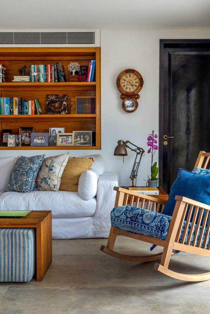Beto Figueiredo Luiz Eduardo Almeida reforma apartamento rio de janeiro casacor rj 2021 elenco profissionais sala de estar sofá cores decoração