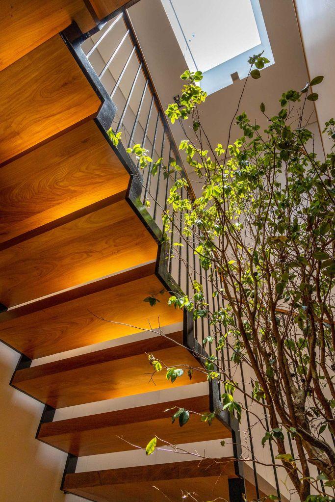 Beto Figueiredo Luiz Eduardo Almeida reforma apartamento rio de janeiro casacor rj 2021 elenco profissionais escada vaso madeira decoração