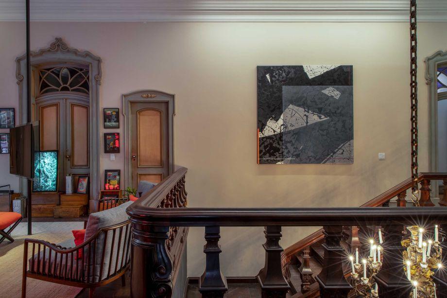 Caco Borges e Carolina Haubrich – Home Office e Games. Cores: Pedra Esculpida (cor do ano de 2021), nas paredes menores, Onda da Praia, nas paredes maiores, e Branco, no teto.Coral Decora Matte.