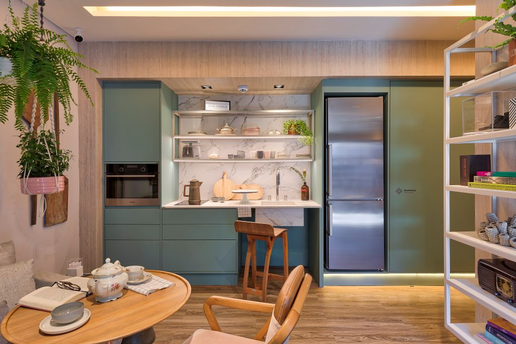 cozinha com móvel planejado em azul e espaço compacto