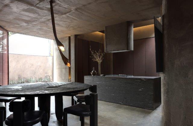 Casa Conectada LG de Gustavo Neves apareceu no CASACOR Sao Paulo 2019. Trata-se de uma cozinha com ilha em tons de cinza grafite