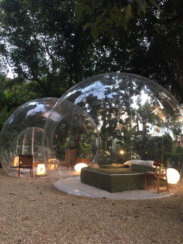 Suite ao ar livre em olhas de plástico; ideal para tempos de pandemia; um dos ambientes que estarão presentes na CASACOR Rio de Janeiro que estreia dia 02 de março de 2021