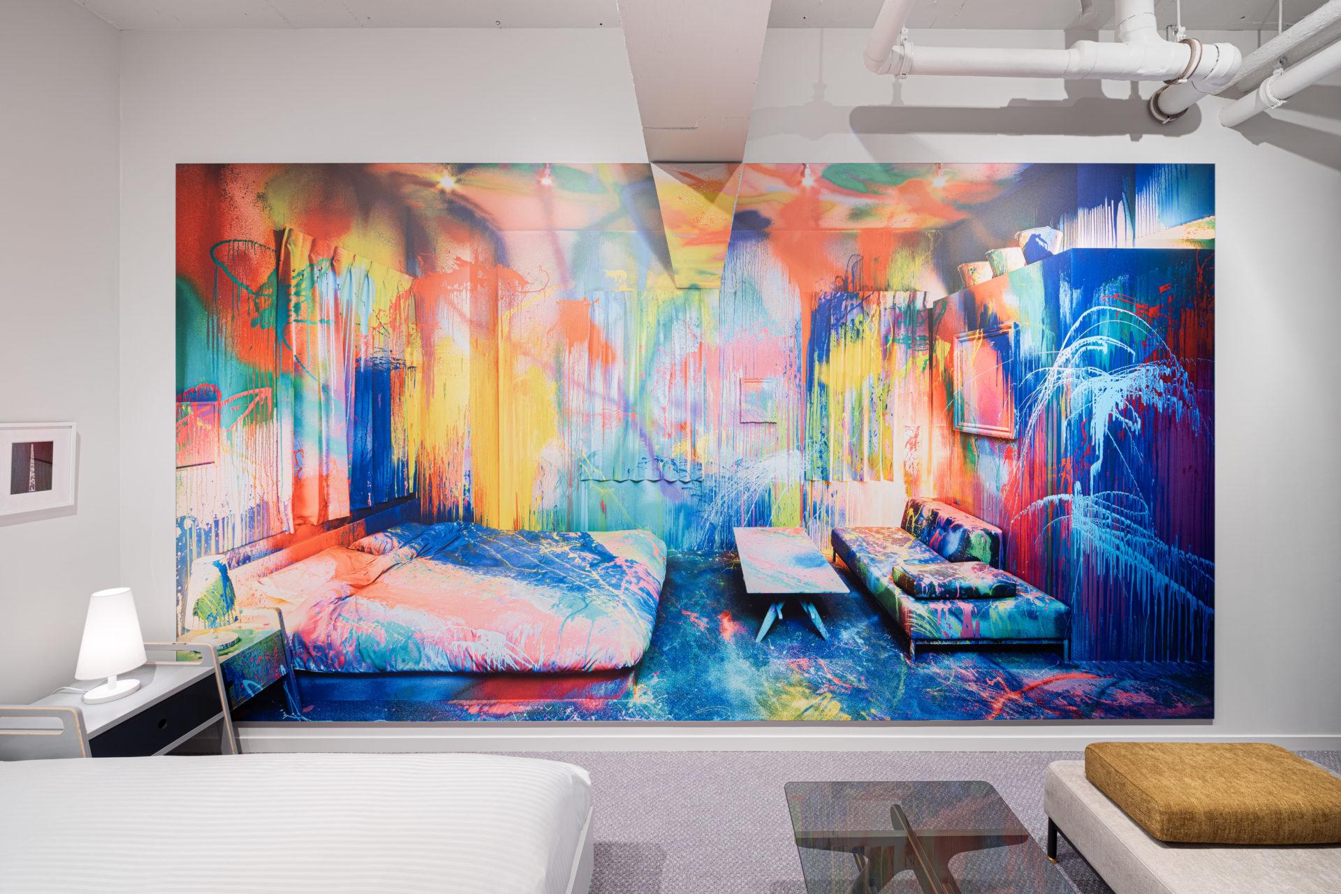 Hotel ou galeria de arte - Imagem do quarto the World After Five Minutes assinado por Youta Matsouka, no quarto os móveis e as cores são neutros e aconchegantes