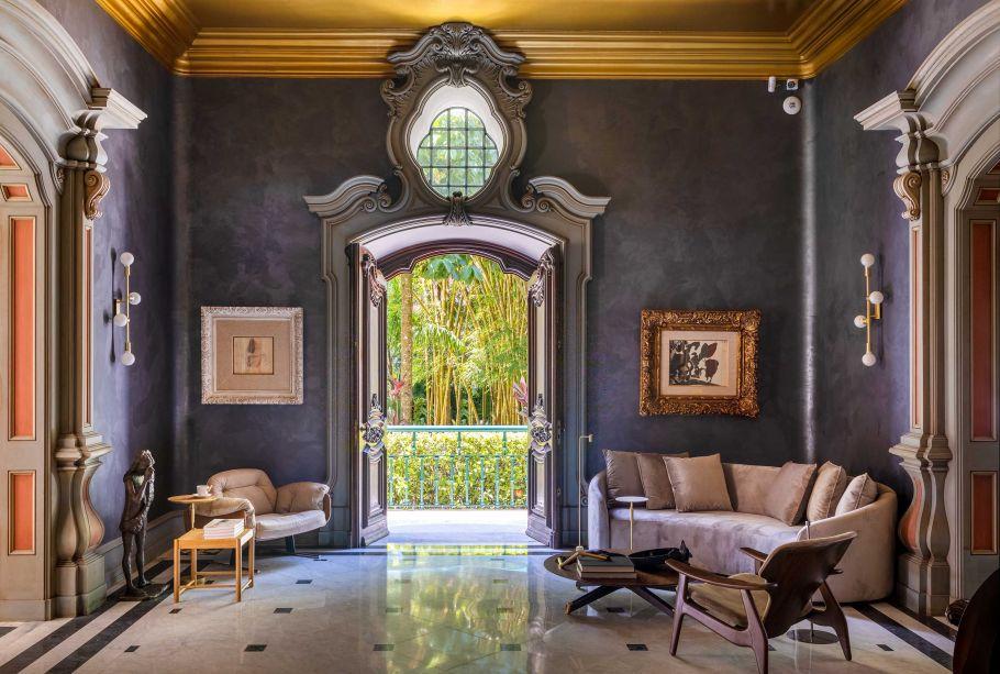 Rodrigo Jorge Studio – Hall de Entrada. Cores: Cinza Nobre, nas paredes, Vaso de Bronze, no teto. Coral Decora Efeito Velvet (Cinza Nobre), Coral Decora Matte (Vaso de Bronze).