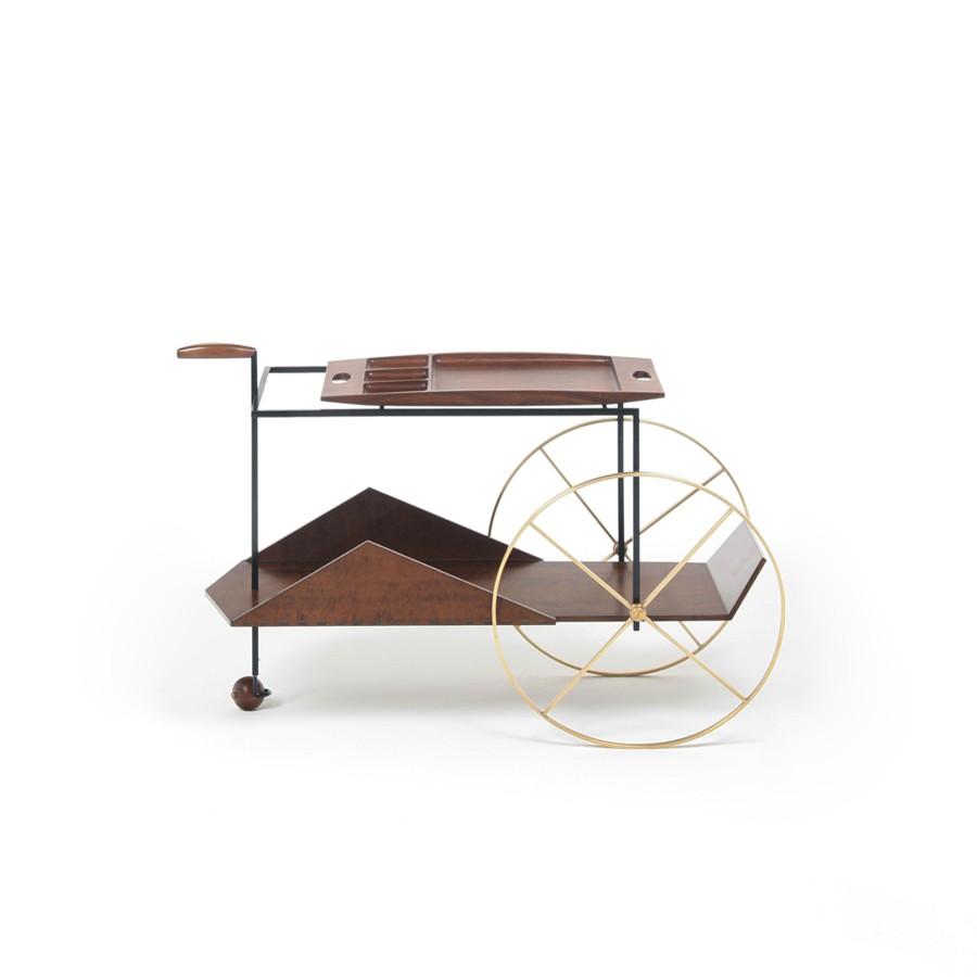 carrinho de chá em madeira com rodas grandes em metal