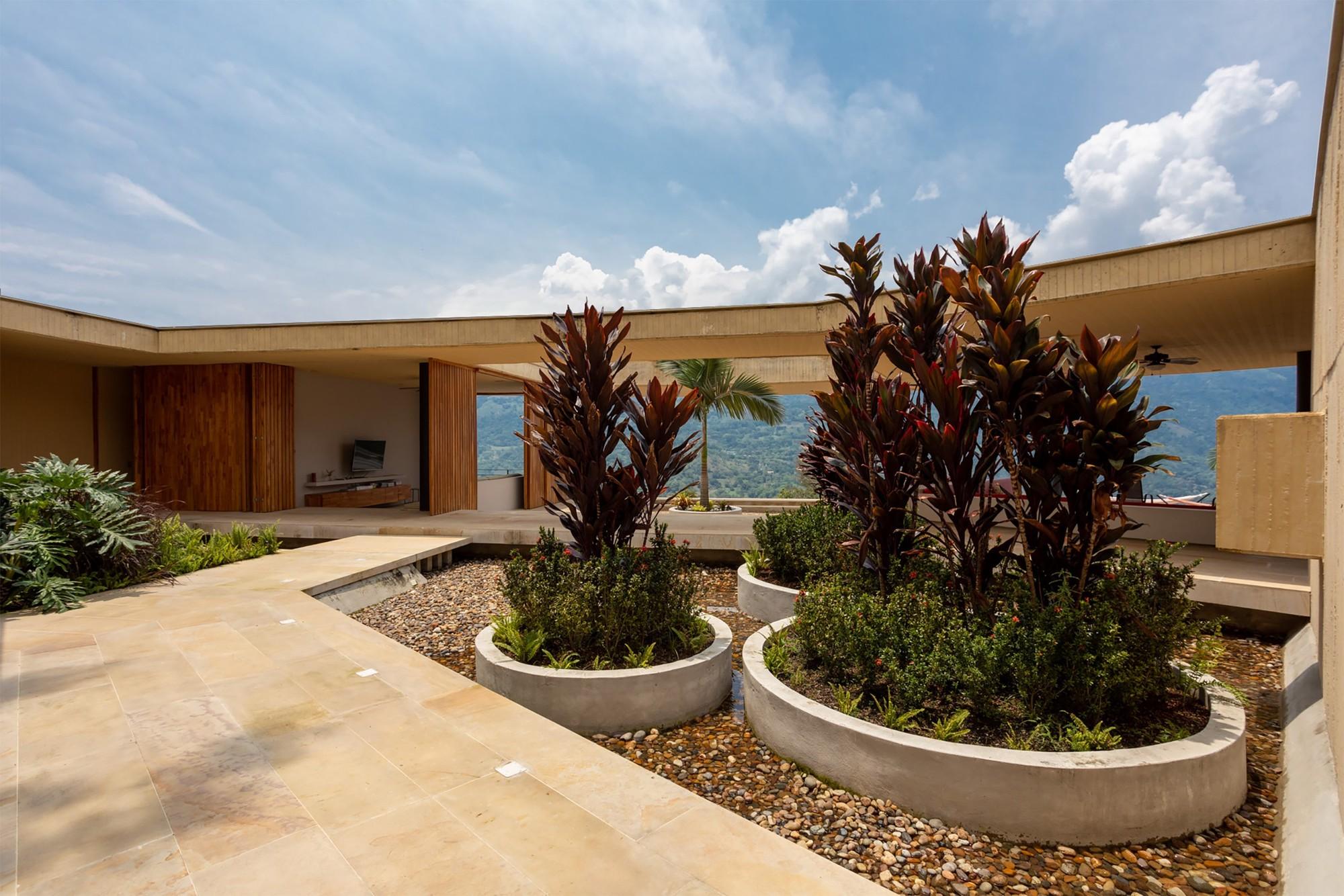 Casa sustentável, projeto de arquitetura do escritório Arquitectura en Estudio (aRe) onde a construção se adapta à tipografia do terreno.