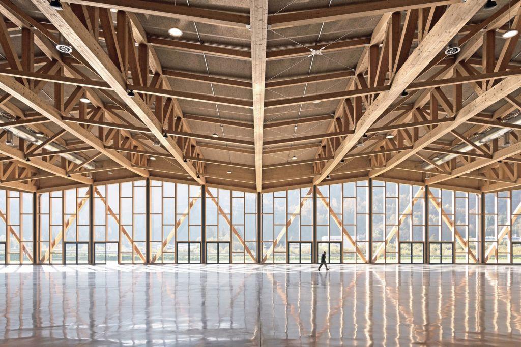 fachada de vidro e madeira centro de exposicoes