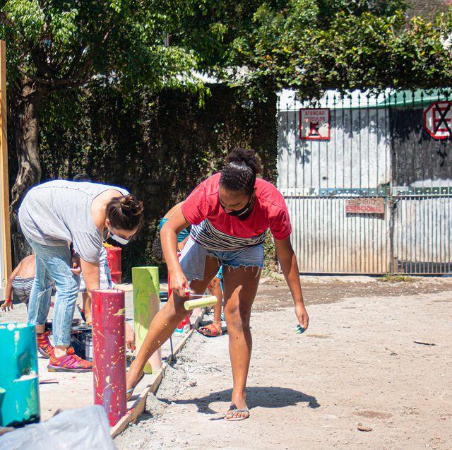 Pessoas ajudando na construção do container do Janelas CASACOR