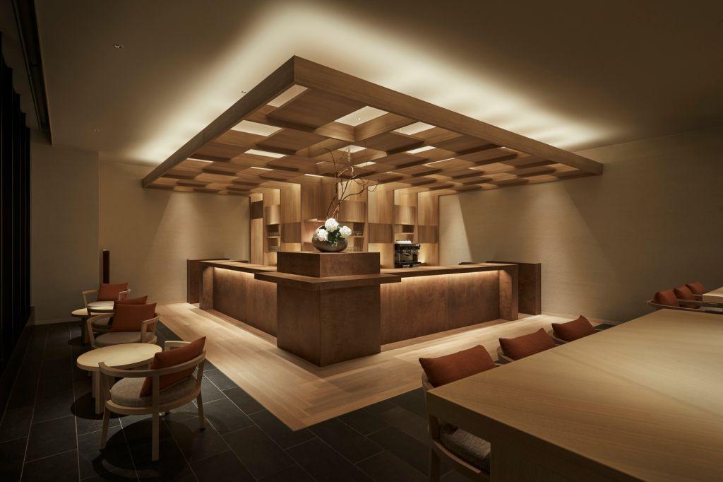 Bar e restaurante em madeira. Mesas e cadeiras em madeira.