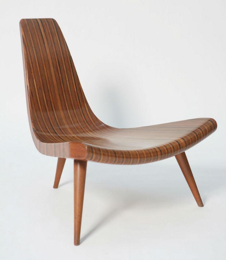 cadeira de madeira com três pernas