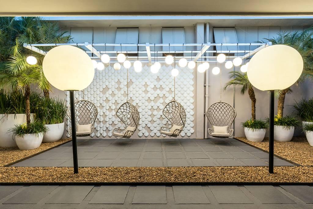 jardim minimalista com iluminação e cadeiras na decoração