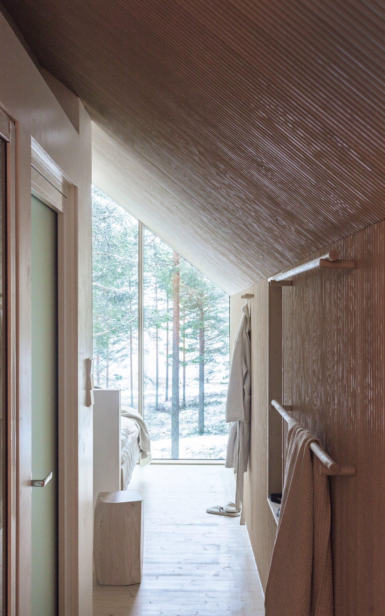 Parte interna. Cabana de cor preta assinada pelo Studio Puisto que elevou-a em uma única coluna. Localizado no Parque Nacional Salamajärvi, na Finlândia.