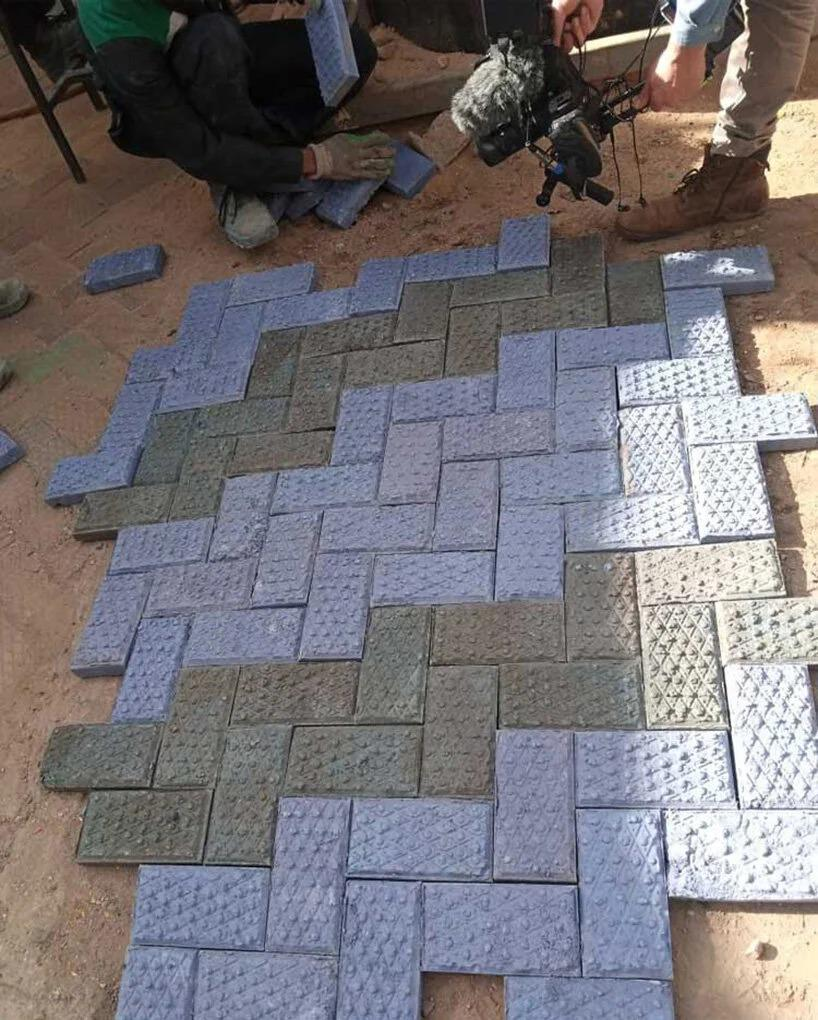 piso plastico reciclado diferentes cores azul e preto