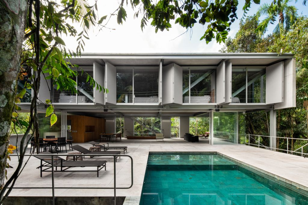 projeto casa de praia guaruja fachada com piscina e espreguiçadeiras
