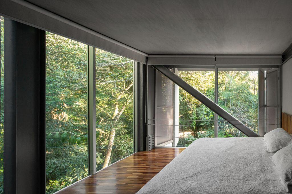quarto com vista para a natureza com paredes de vidro