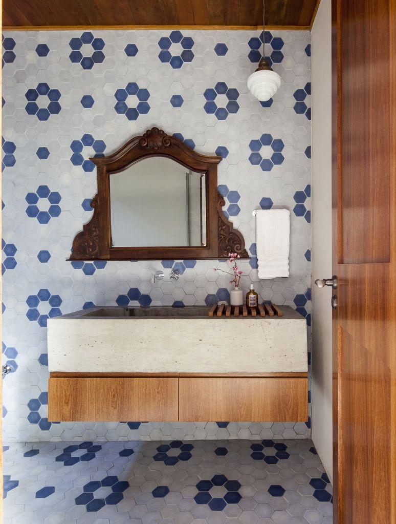 lavabo com revestimento diferente de azulejos floridos