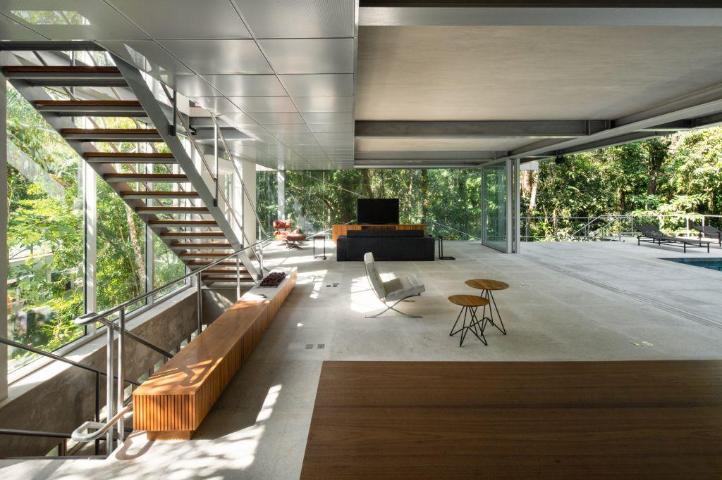 sala de estar ampla com cores claras e móveis espacados