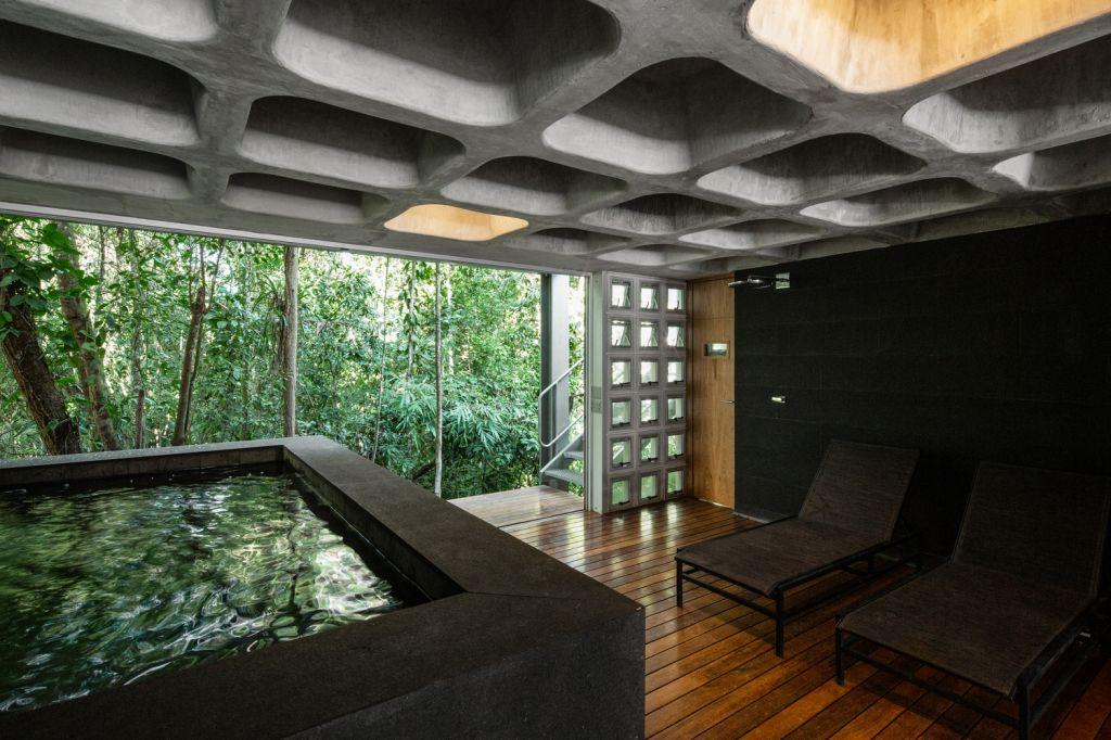 sauna piso superior com banheiro de ofuro e vista para a natureza